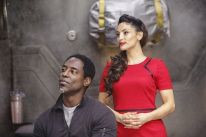 Isaiah Washington and Erica Cerra in The 100 (2014)