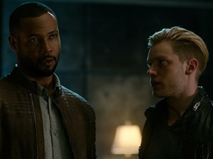 Isaiah Mustafa and Dominic Sherwood in Shadowhunters: The Mortal Instruments (2016)